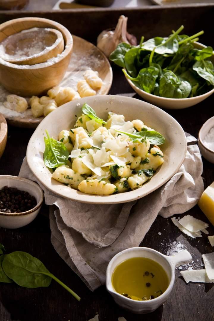 Gnocchi z oliwą, czosnkiem, parmezanem i szpinakiem