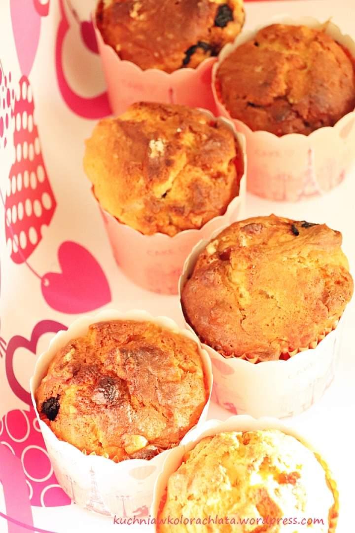 Muffiny z ricottą, suszonymi wiśniami, migdałami i białą czekoladą