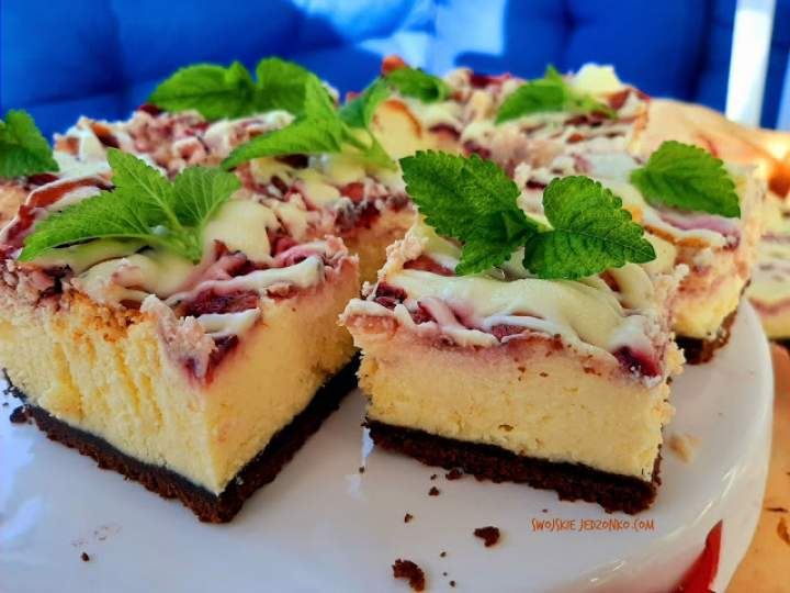 Sernik z truskawkami i białą czekoladą