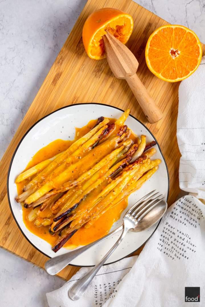 Smażone białe szparagi w pomarańczowym sosie beurre blanc