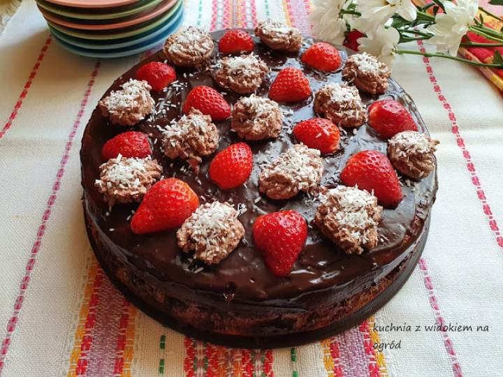 Tort z masą czekoladową i truskawkami