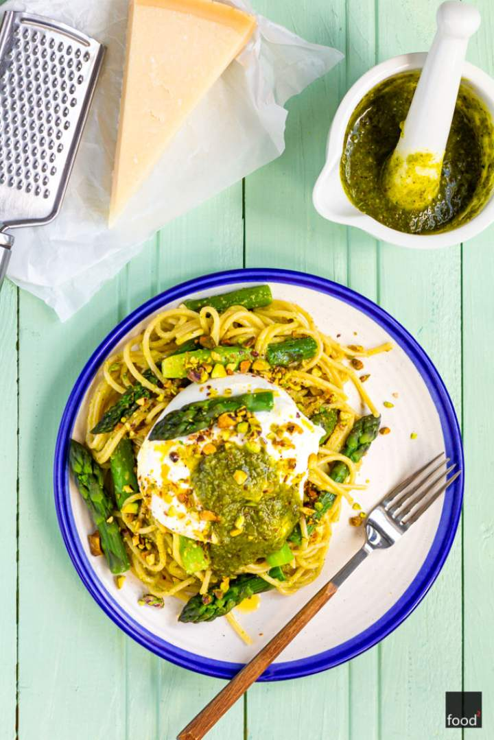 Spaghetti z pistacjowym pesto, szparagami i burratą