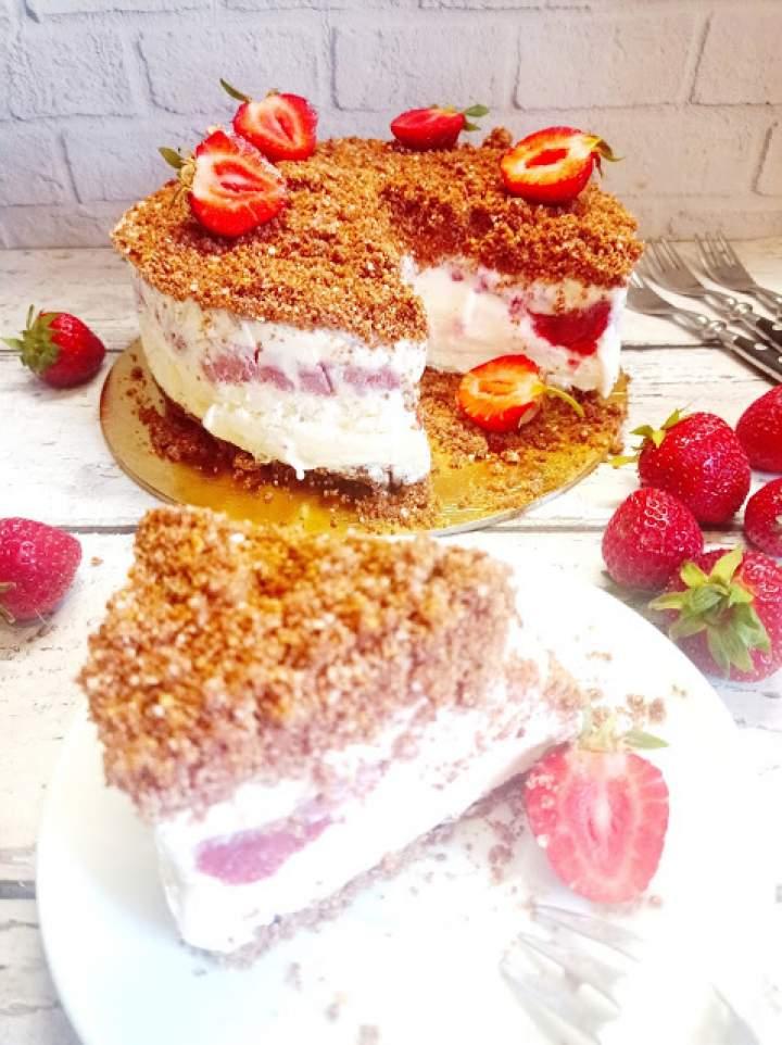 Tort lodowy z owocami i czekoladowo-orzechową kruszonką
