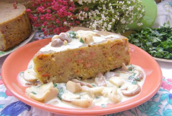 Babka ziemniaczna z kiełbasą z sosem grzybowym…