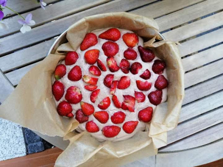 Szybka tarta czekoladowa z truskawkami