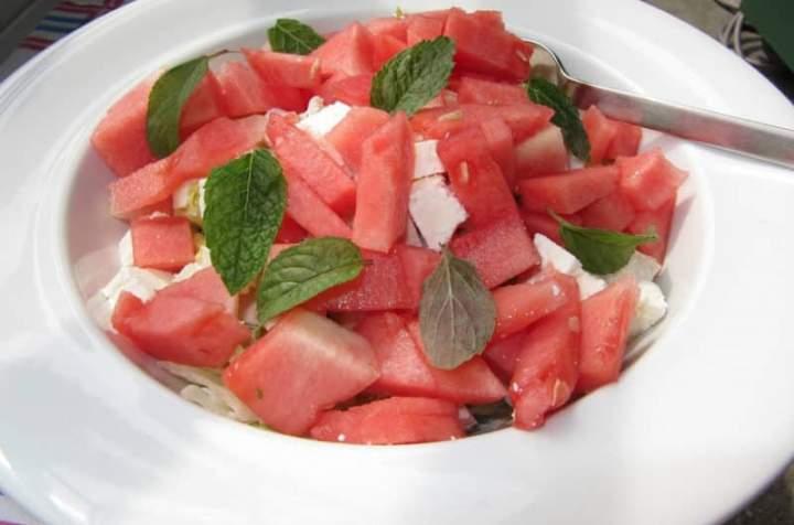 Sałatka z arbuzem i greckim serem sałatkowym