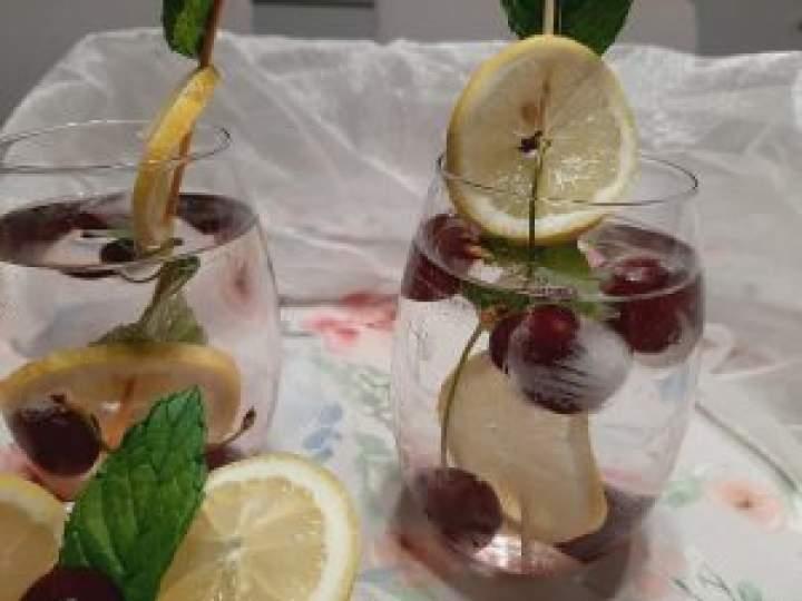 Woda smakowa z cytryną, miętą i czereśniami