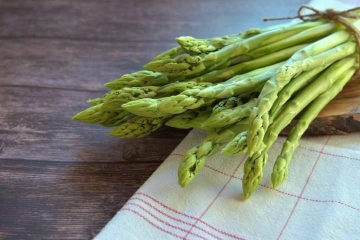 Szparagi. Korzyści zdrowotne, cenne źródło witamin.