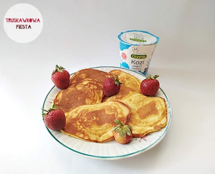 Placuszki pełnoziarniste z jogurtu koziego i truskawkami