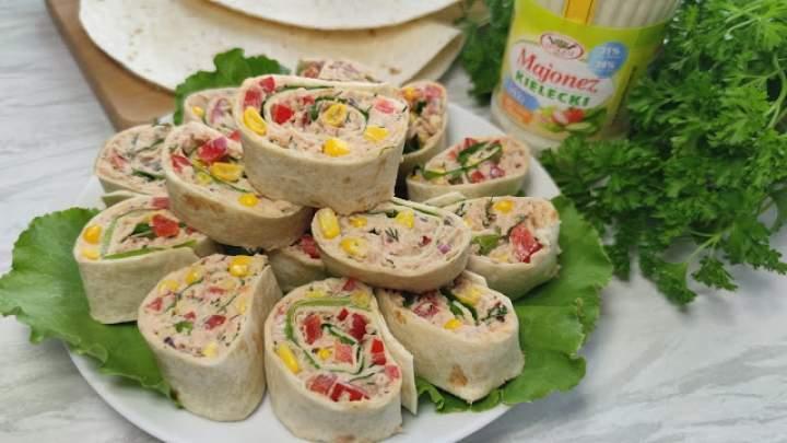 Kolorowe roladki z tortilli z tuńczykiem