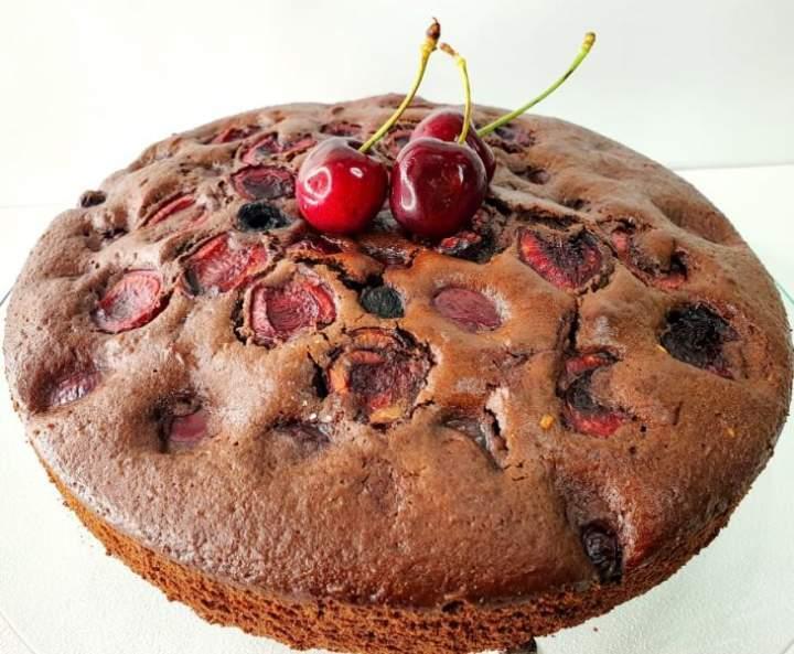 Ekspresowe ciasto czekoladowe z czereśniami.