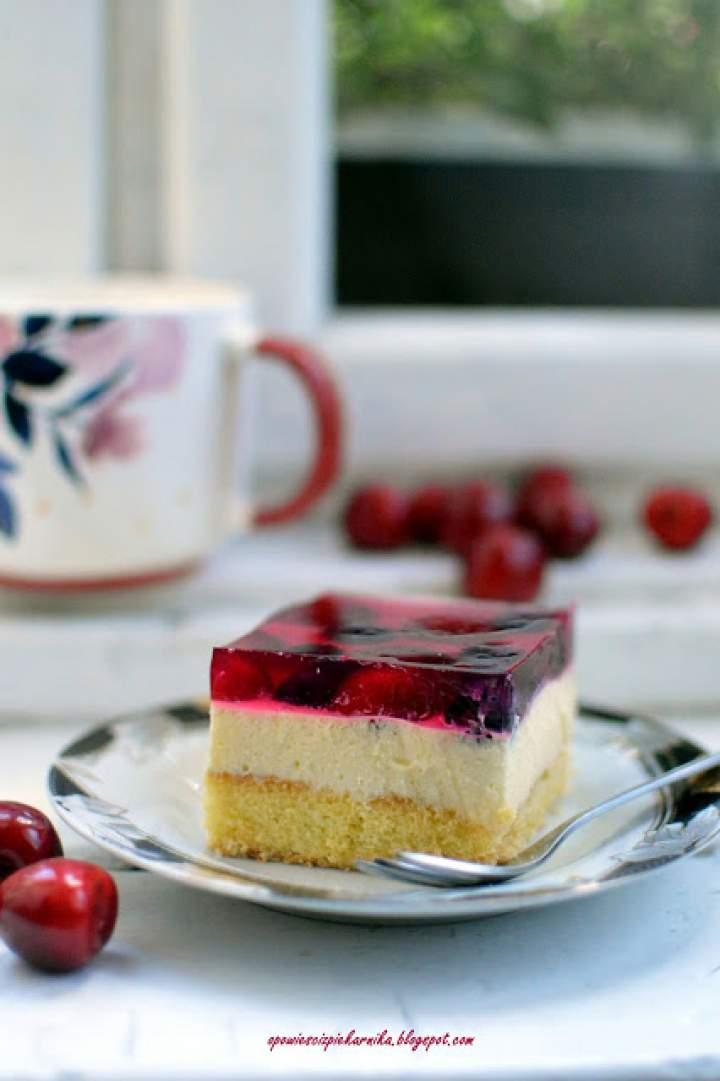 Ciasto z kremem bawarskim i owocami