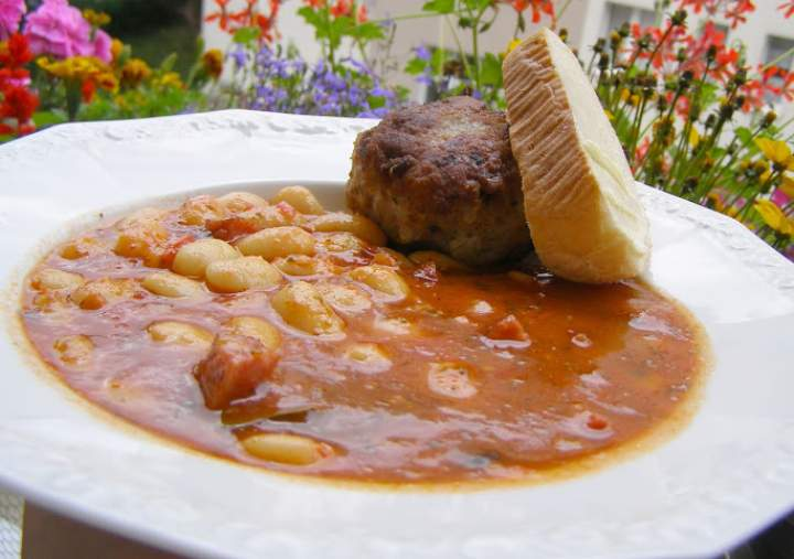 fasola Jaś  z kiełbasą,  pomidorami i kotletem mielonym…