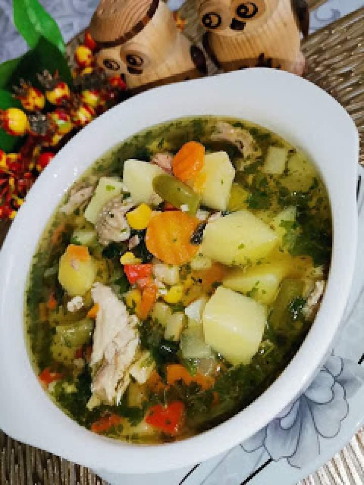 Zwykła zupa na porcji rosołowej z mieszanką warzywną na patelnię