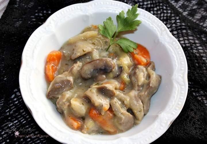 Gulasz z żołądków drobiowych z pieczarkami