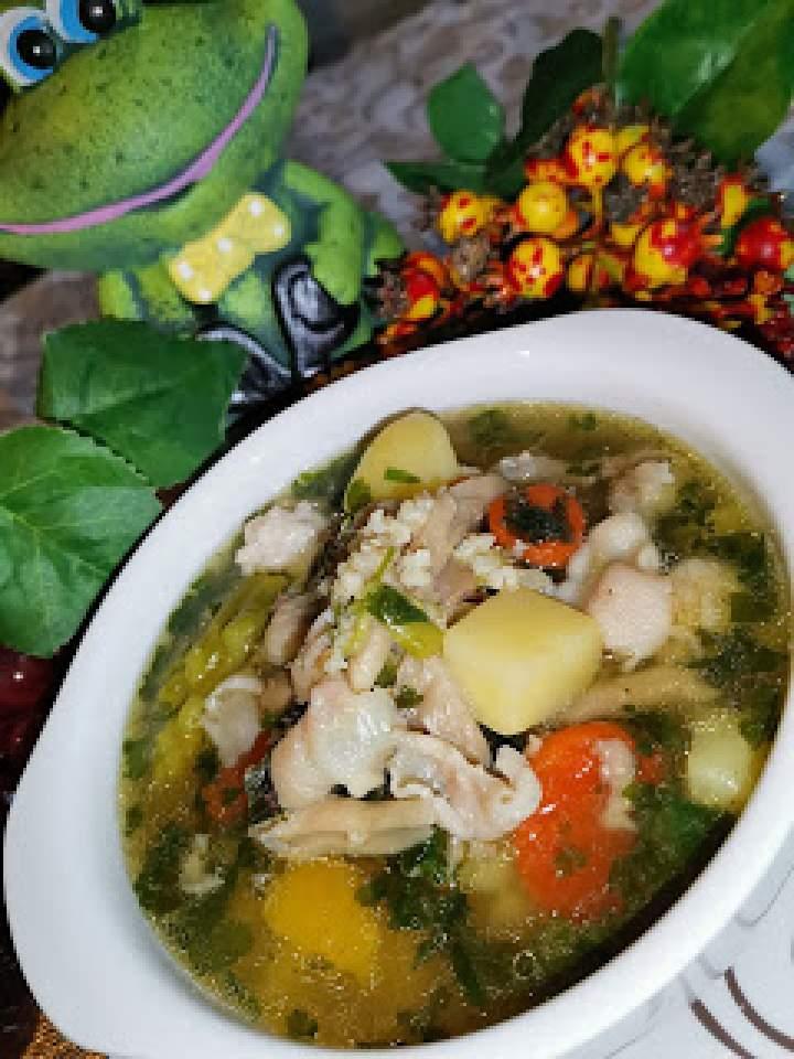 Zupa jarzynowa z ziemniakami, kaszą i grzybami boczniak