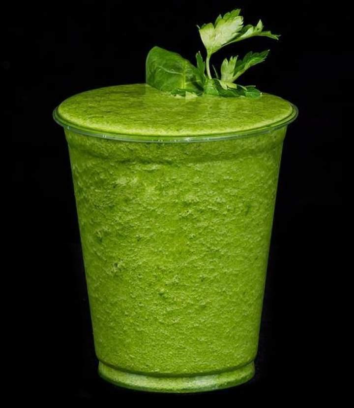 Zielone smoothie z melonem i szpinakiem.