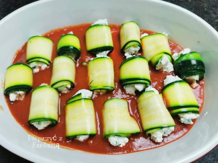 Roladki z cukinii z ricottą w sosie pomidorowym