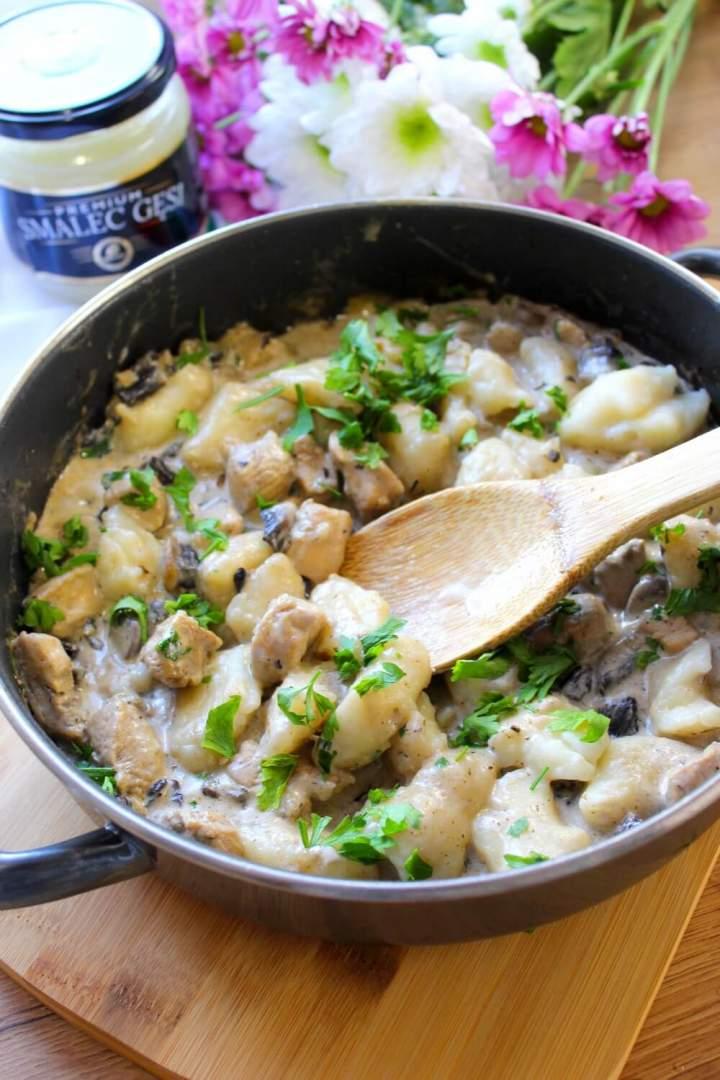 Kopytka z kurczakiem i pieczarkami w sosie śmietanowym