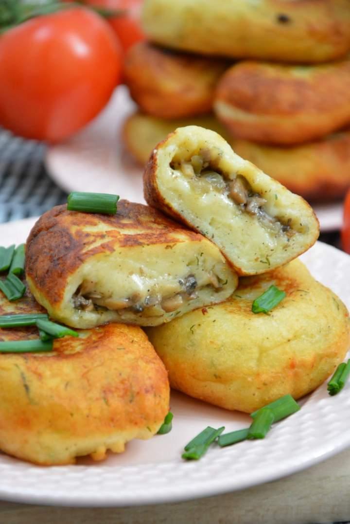 Koperkowe kotlety z młodych ziemniaków faszerowane pieczarkami i serem