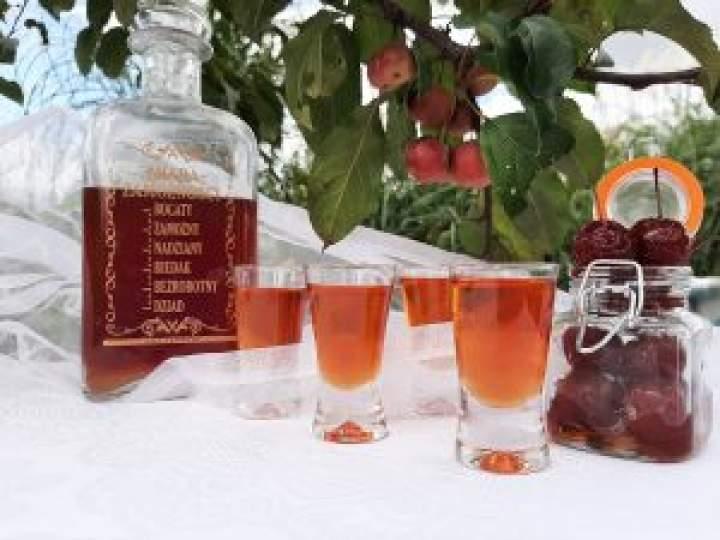 Nalewka z rajskich jabłuszek z wanilią i cynamonem