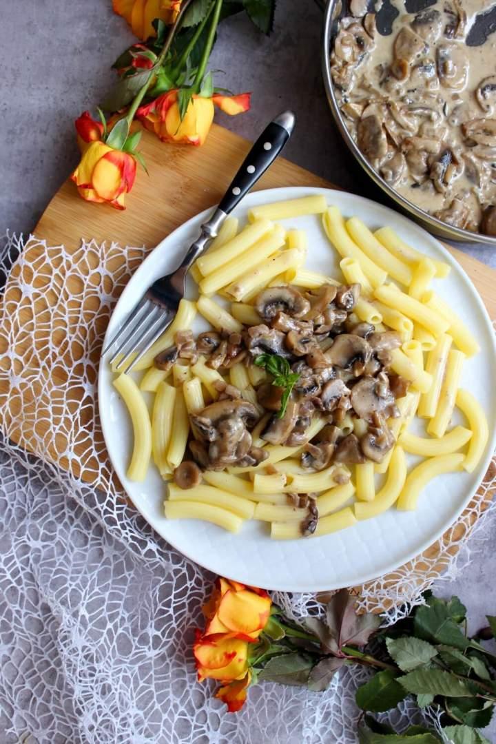 Makaron z sosem pieczarkowym z dodatkiem leśnych grzybów