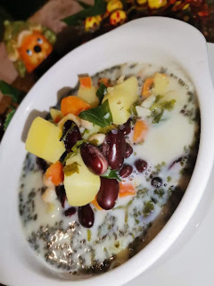 Zupa z czerwonej i białej fasoli zabielona mlekiem
