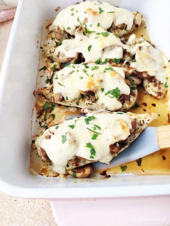 Pierś z kurczaka zapiekana z pieczarkami, serem i beszamelem