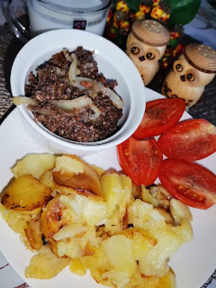 Plasterki ziemniaczane oraz swojska kaszanka z cebulką