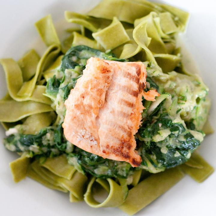 Fit przepis z Diety na Makaron pełnoziarnisty z łososiem i szpinakiem