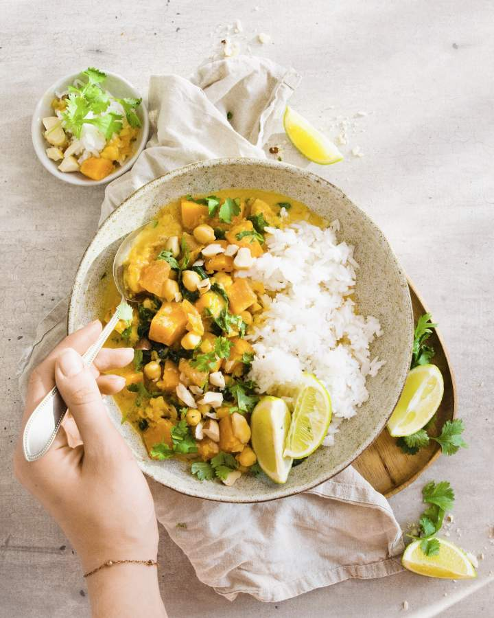 Wegańskie curry z dynią, ciecierzycą i szpinakiem