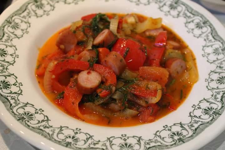 Proste danie z papryki pomidorów i cebuli z moimi tajnymi dodatkami, czyli moja wersja leczo.