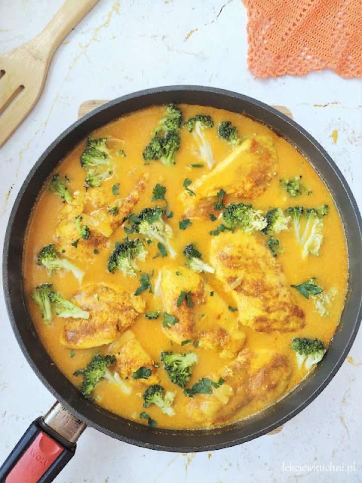 Kurczak w sosie curry z brokułami