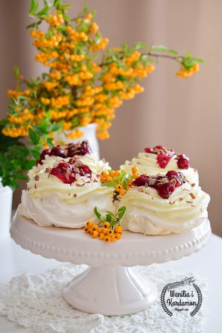 Mini Pavlova z bitą śmietanką,  frużeliną wiśniową i tartą czekoladą