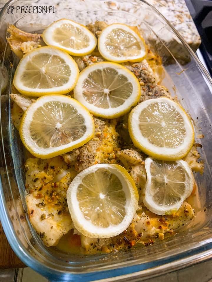 Dorsz zapiekany na warzywach z cytryną