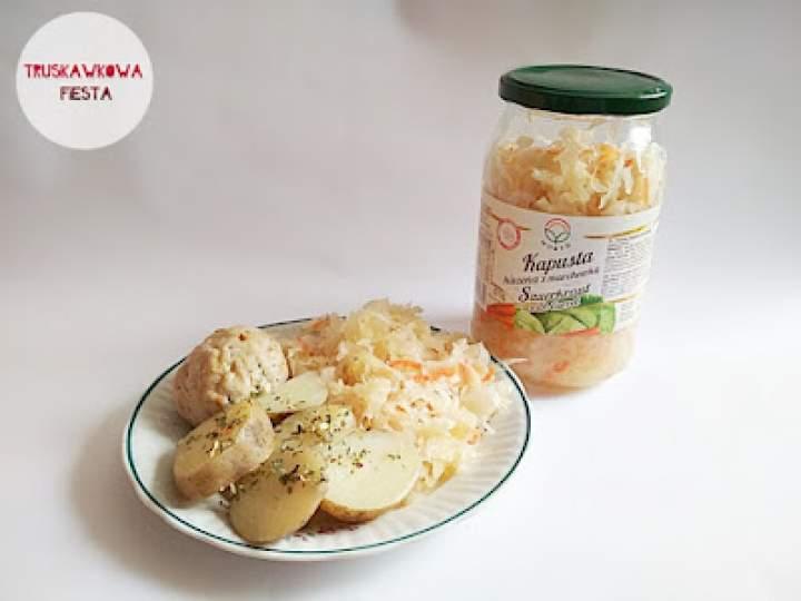 Kotlecik drobiowymi z ziemniakami, kapustą kiszoną z marchewką