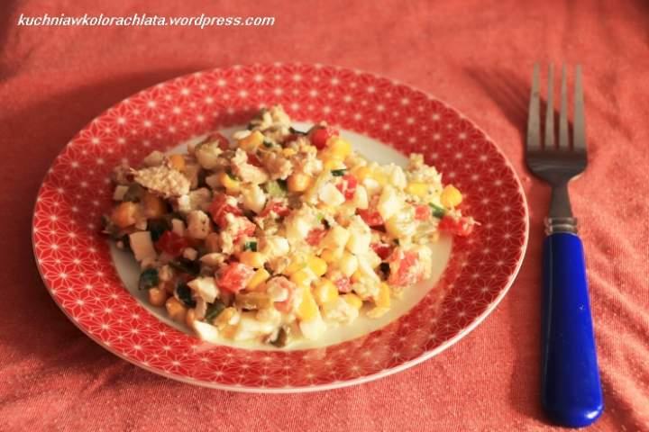 Sałatka warzywna z makrelą i jajkami