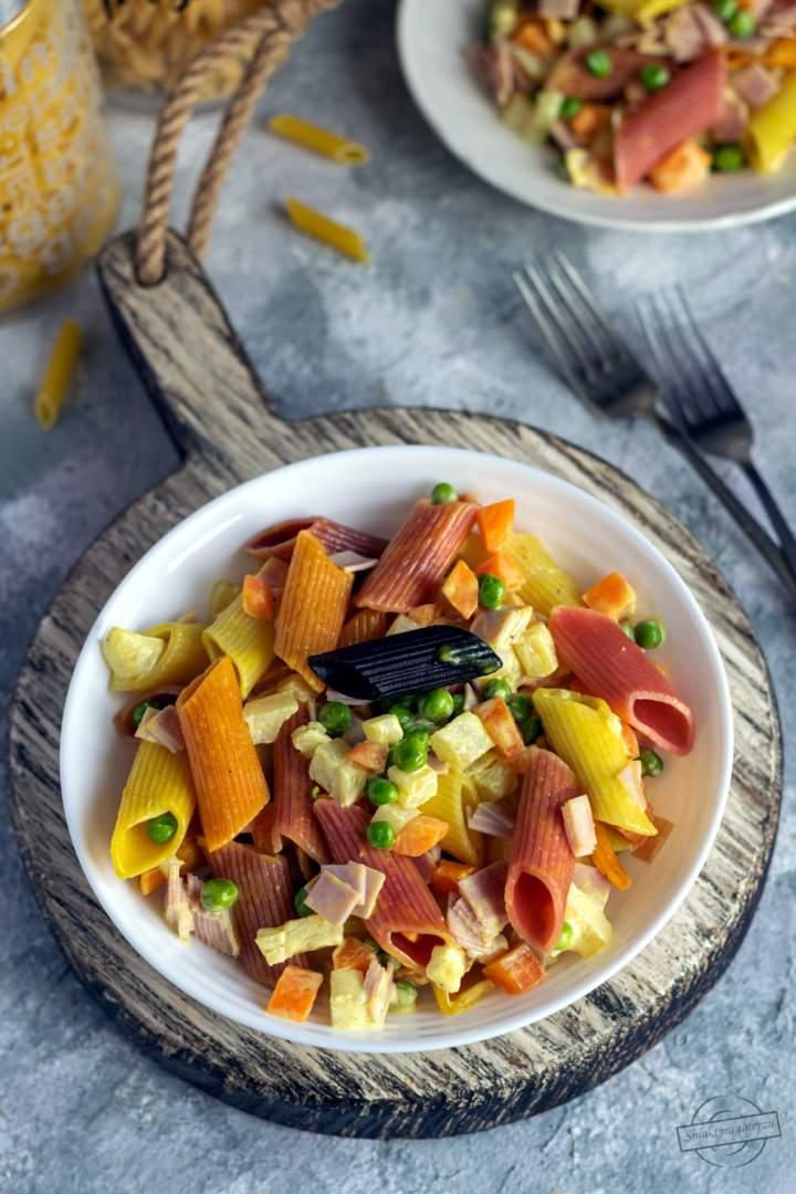 Sałatka makaronowa z marchewką, groszkiem oraz szynką