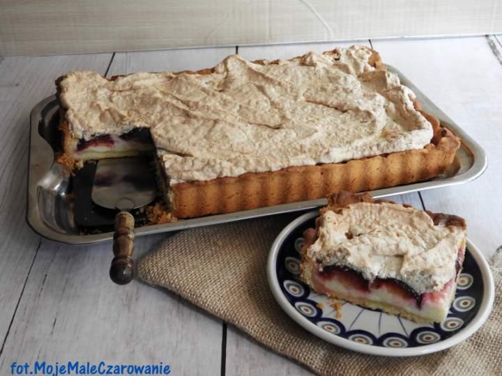 Maślana tarta z serem, śliwkami i bezą