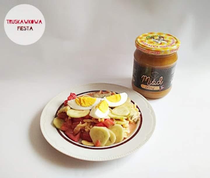 Sałatka z jajkami, ogórkiem, pomidorem, makaronem i dressingiem miodowo-musztardowym