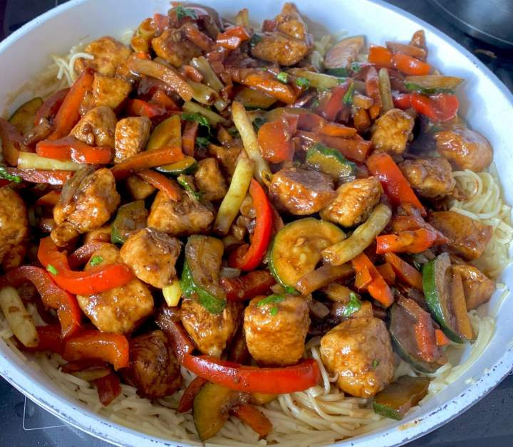 Orientalny kurczak z warzywami i makaronem