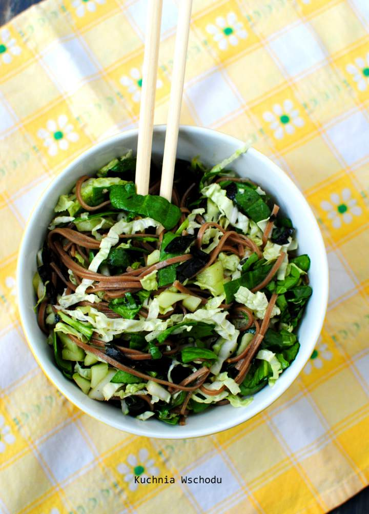 Zielona sałatka z makaronem soba i wodorostami