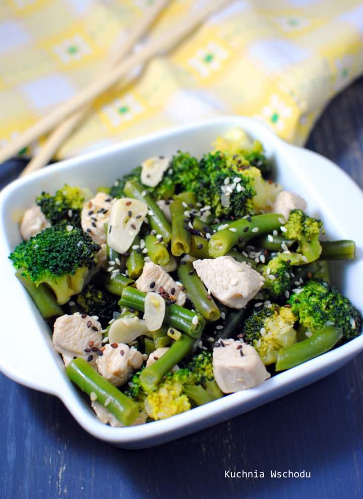 Lekki stir fry z indyka z zielonymi warzywami