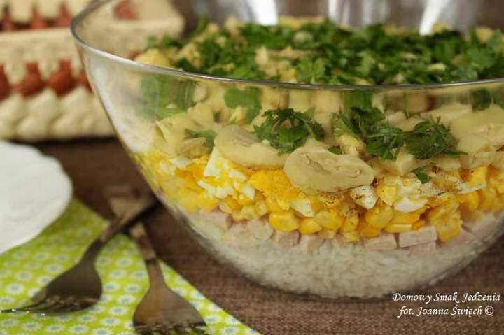sałatka warstwowa z ryżem i szynką