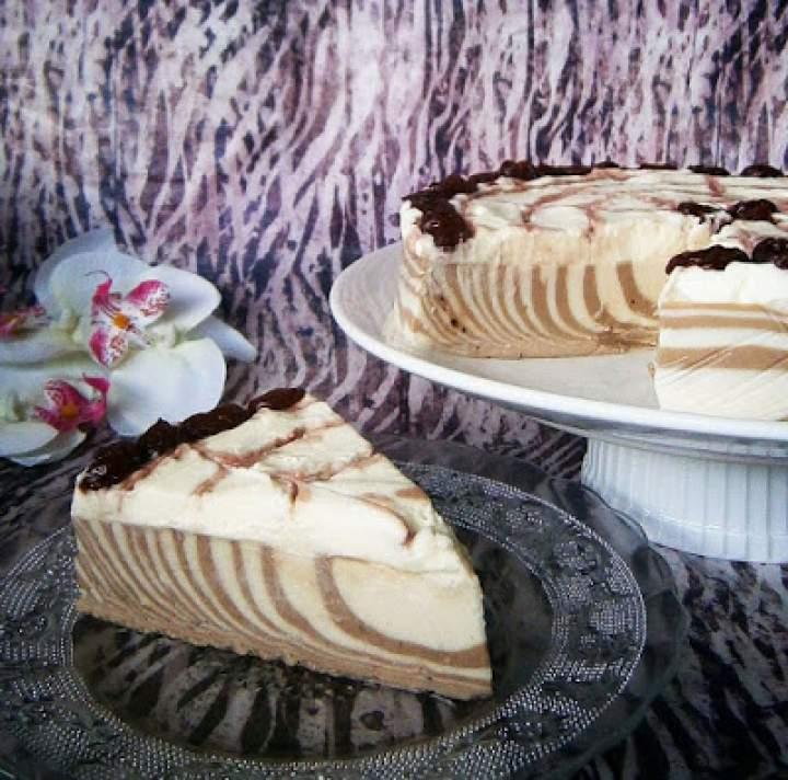 Sernik zebra na zimno – chałwowo-czekoladowy z musem z białej czekolady