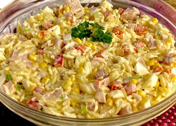 Kolorowa sałatka z makaronem i wędzonym kurczakiem