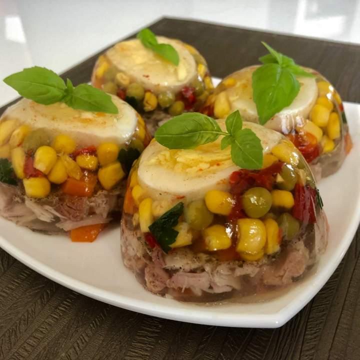 Galaretka mięsno-warzywna z jajkiem