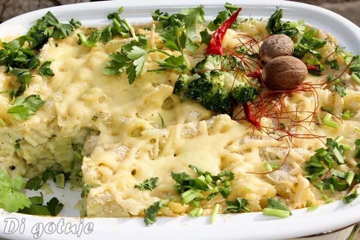 Zapiekanka makaronowa z brokułem, serem i piersią z kurczaka