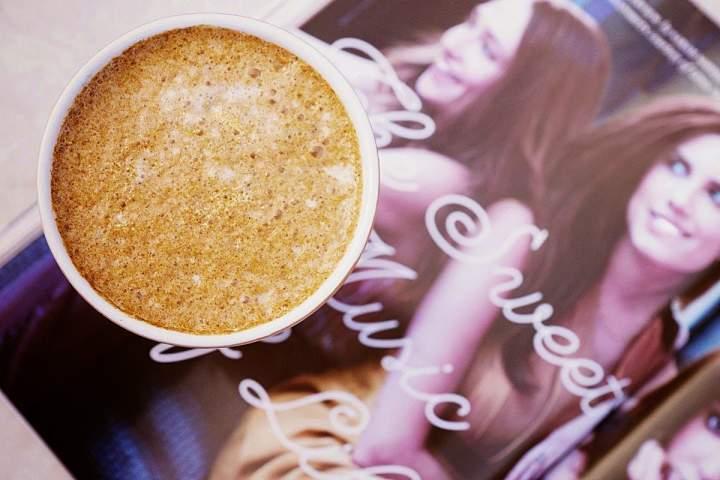 kawa + mleko roślinne + dynia + syrop + cynamon + goździki + gałka muszkatołowa