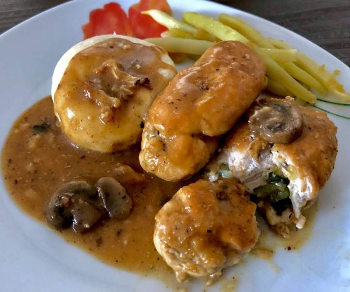 Roladki z kurczaka z cukinią, bazylią i serkiem śmietankowym